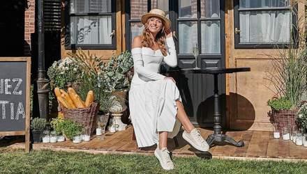 У білому вбранні та капелюсі: Катя Осадча обрала ніжний образ для святкування дня народження