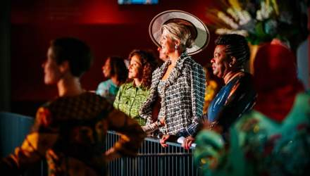 В роскошном костюме Chanel и шляпке: королева Нидерландов сходила в театр