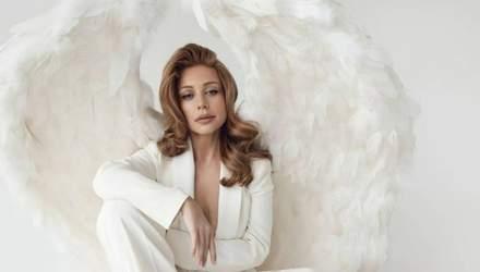 В белом пиджаке и с большими крыльями: Тина Кароль ошеломила безупречным образом – фото