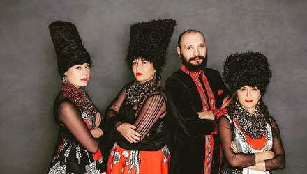 """Етнічні костюми і запальні ритми: в Україні створюють фільм про знаменитий гурт """"ДахаБраха"""""""