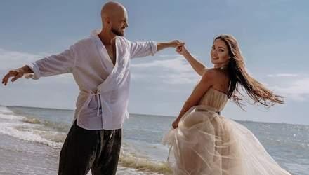 Потанцевал с возлюбленной в море: Влад Яма и его жена отпраздновали годовщину свадьбы – фото
