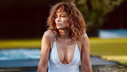 У мінібікіні з тропічним принтом: Дженніфер Лопес похизувалася оголеними грудьми – еротичне фото