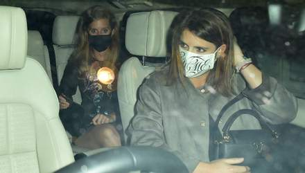 По дороге на вечеринку: принцесса Беатрис и принцесса Евгения попали в объективы папарацци