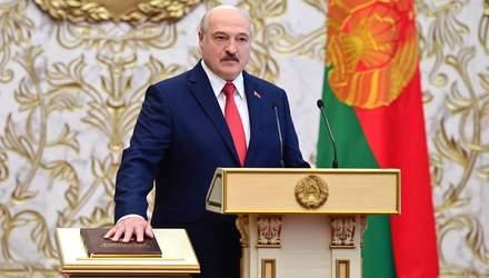 Лукашенко и его красная рука на конституции: сеть взорвал ляп диктора на инаугурации