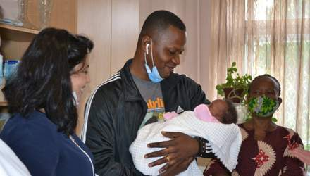 Иностранец забрал новорожденную дочь после смерти жены в Тернополе: трогательные фото