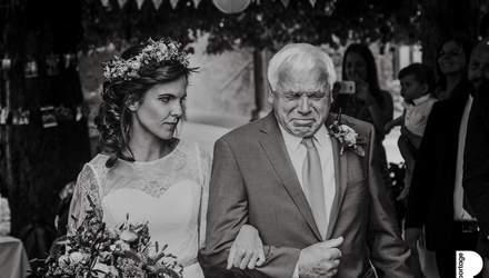 Без позувань та придуманих сцен: фотографи показали щемливі кадри з весіль