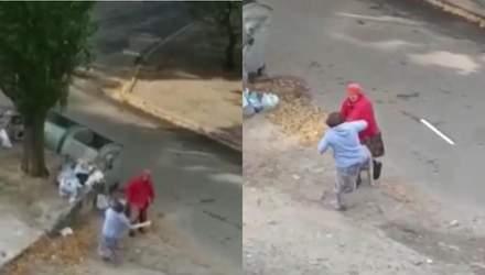 Бой пенсионерок за мусорник, погоня буковинских полицейских – Ты смотри