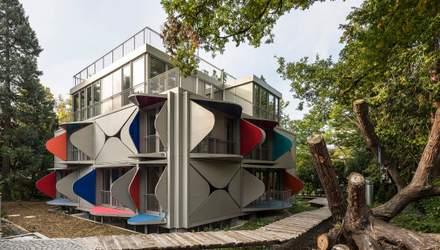 В Швейцарии построили дом с металлическими ставнями – фото необычного жилья