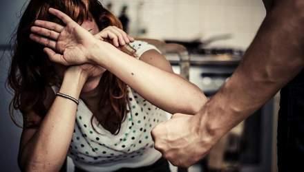 Знущався 20 років з жінки, поки його покривала поліція: де захист держави