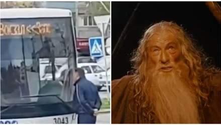 """""""Ти не проїдеш"""": у Запоріжжі чоловік заблокував рух автобуса, всьому виною карантин – відео"""