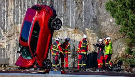 Компанія Volvo зкинула з величезної висоти кілька своїх авто: причина