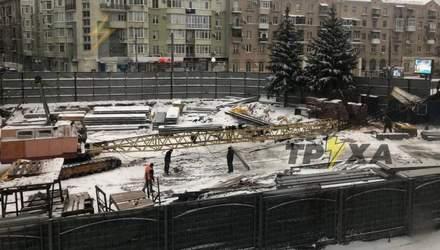 На стройплощадке в центре Харькова кран упал на вагон с рабочими: фото