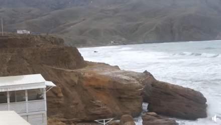 Узбережжя покрили асфальтом: окупанти знищують у Криму унікальний пляж – фото