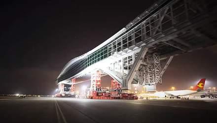 В аеропорту Гонконгу 200-метровий міст перемістили за 5 годин: вражаюче відео