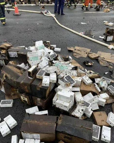 Згоріла вантажівка, вщент заповнена iPhone 11