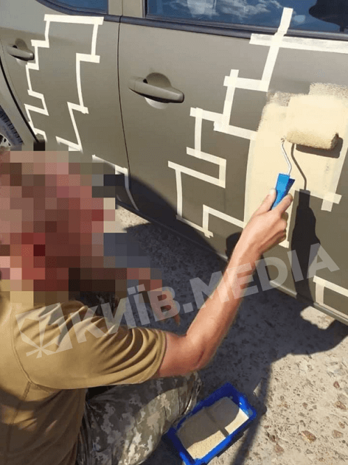 Військові фарбують бойову машину у піксель
