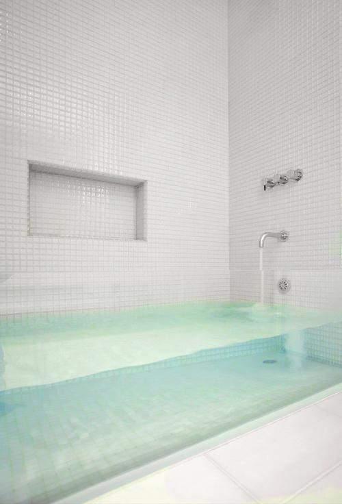 Ванна з прозорою стінкою виглядає дуже несподівано
