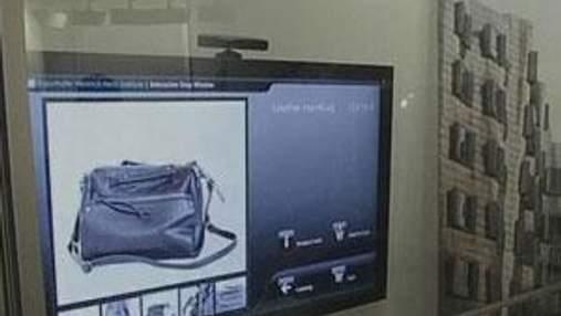 Ученые в процессе разработки интерактивной витрины