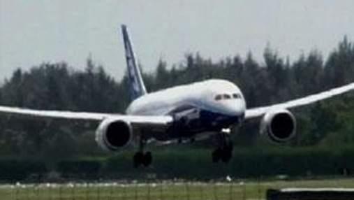 Boeing 787 Dreamliner совершил посадку на аэродроме Сингапурского авиашоу