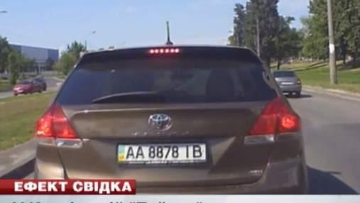 """В Киеве водитель """"Тойоты"""" спровоцировал крупную аварию и скрылся"""