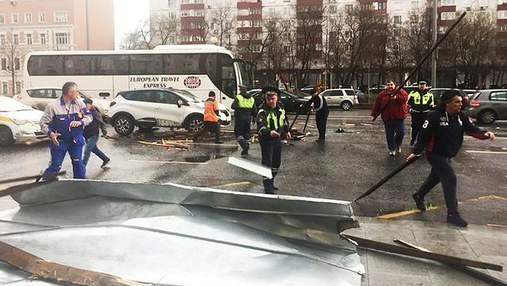 Ураган у Москві: вітер зриває дахи, є жертви та постраждалі