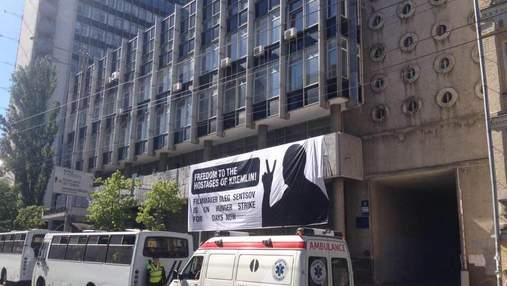 """У КМДА банер на підтримку Сенцова назвали """"політичною рекламою"""" і змусили зняти"""