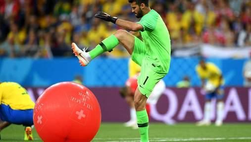Вратарь сборной Бразилии проткнул на поле воздушный шарик. Теперь это мем