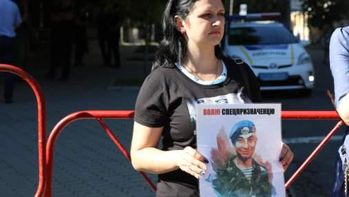 Дружини українських військовополонених добу мітингували під Адміністрацією Президента