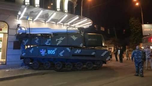 """У Києві зенітна установка """"Бук"""" врізалася у торговий центр: фото"""