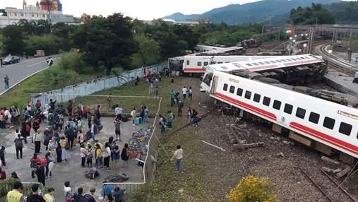 На Тайвані потяг зійшов з рейок, є жертви: моторошні фото з місця аварії