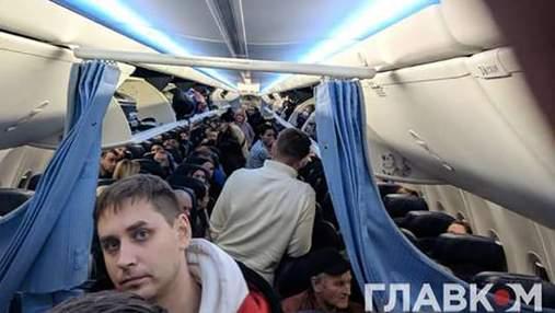 """В аеропорту """"Київ"""" екстрено сів літак: пасажирів довго не випускали із салону"""