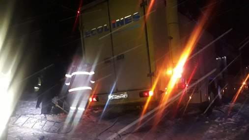 Смертельне зіткнення легковика та вантажівки на Львівщині: у ДТП загинули троє військових