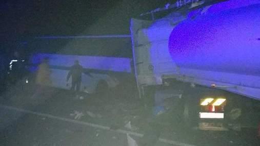 На Житомирщині вантажівка зіткнулася з автобусом: 9 загиблих, 11 потерпілих – фото