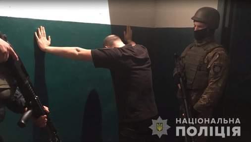 Правоохоронці-конвоїри влаштовували бандитам застілля просто в підвалах суду
