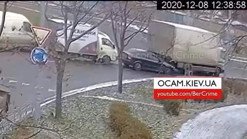 На Березняках в Киеве произошло эпическое ДТП, что почти заблокировало круговую развязку: видео
