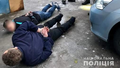 Стріляли в патрульних і намагались втекти: на Київщині затримали озброєних чоловіків – відео