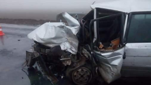 На Одещині жорстко зіткнулись легковики: машину віднесло в кювет – багато постраждалих