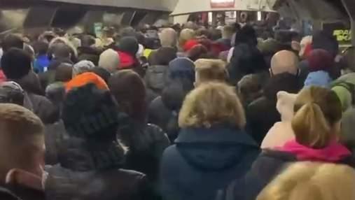 """На """"Майдані Незалежності"""" майже 3 години шукають вибухівку, на інших станціях – жахливий натовп"""