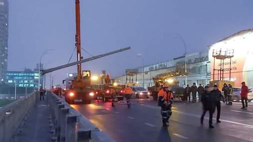 Момент падіння опор освітлення на Шулявському шляхопроводі зняли камери: відео