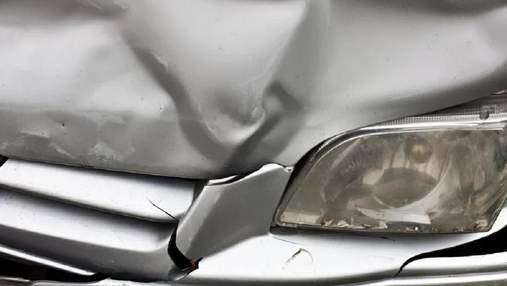 В Киеве водитель эвакуатора разбил припаркованные авто и убежал: видео инцидента