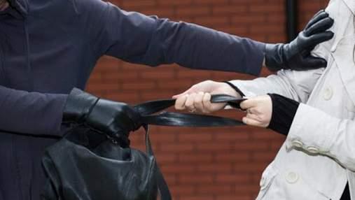 Бил по голове и забирал драгоценности: в Киеве мужчина ограбил 5 пожилых женщин