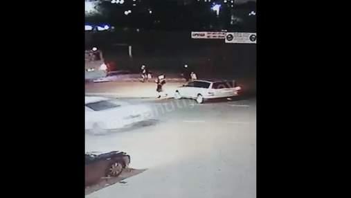 Под Киевом мужчина на пешеходе сбил 12-летнюю девочку и скрылся: видео