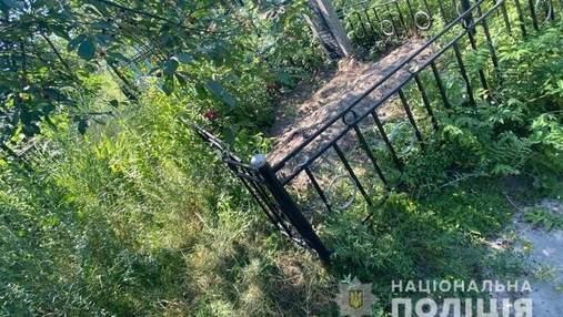 Закопали на кладбище живьем: в Вышгороде за ужасное убийство будут судить 3 мужчин