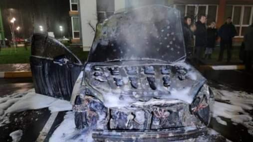 Поймали в Днепре: под Киевом двое мужчин подожгли Lexus работника ГФС – видео