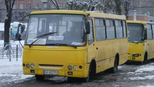 Конфликт из-за сдачи: в киевской маршрутке пассажир устроил драку с водителем: видео