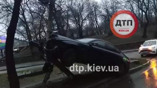 У Києві після новорічної ночі побачили Jaguar на стовпі: відео