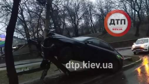 В Киеве после новогодней ночи увидели Jaguar на столбе: видео