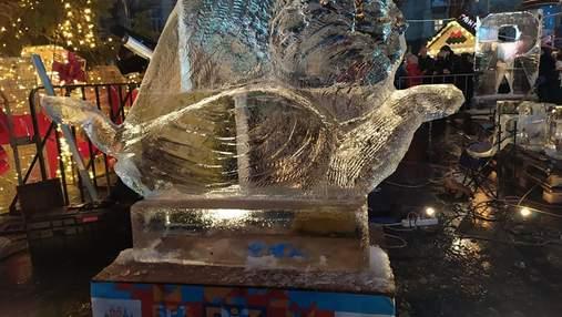 Венера, ангели і голова бика: у центрі Львова створюють крижані фігури – фото