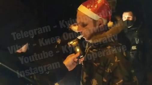 """В Киеве пьяный """"Санта"""" не вписался в поворот и просил полицейских о помощи: видео"""