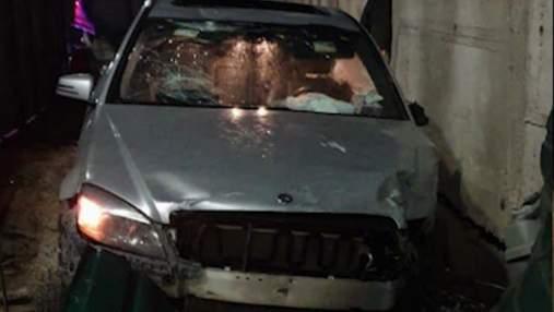 П'яна водійка влетіла в металевий паркан на елітному Mercedes у Києві: відео